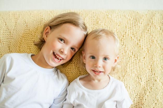 두 즐거운 행복한 자매의 초상화