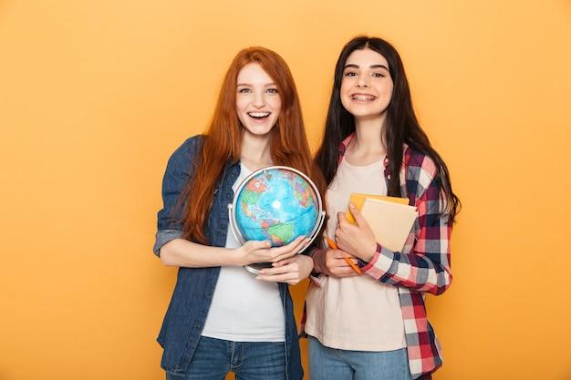 Портрет двух радостных молодых школьниц