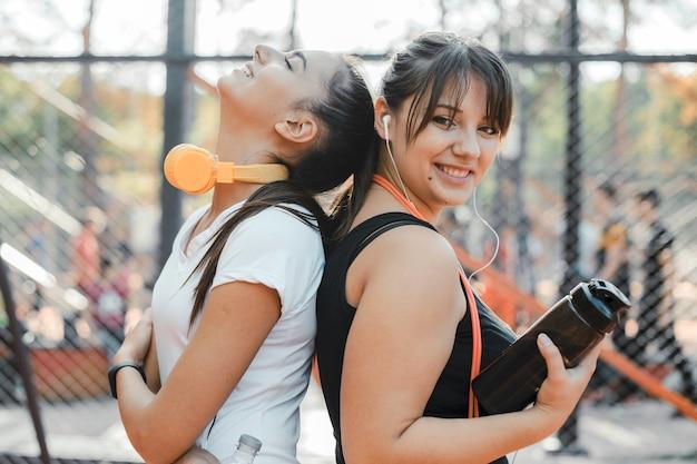 Портрет двух прекрасных женщин после тренировки утром в спортивном парке для похудения.