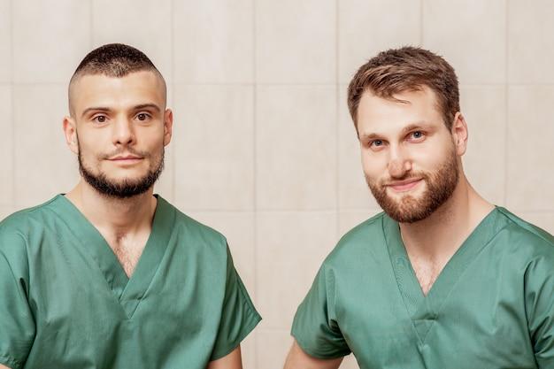 Портрет двух мужских массажистов.