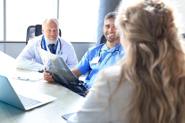 病院で患者に相談している2人の開業医の肖像画。