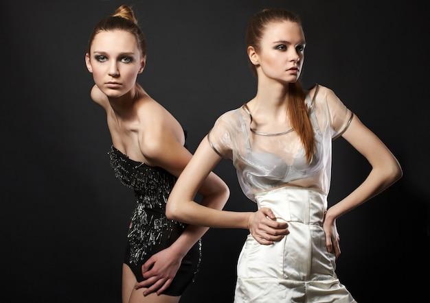 ファッションのドレスを着た2人のロマンチックな女性の肖像画