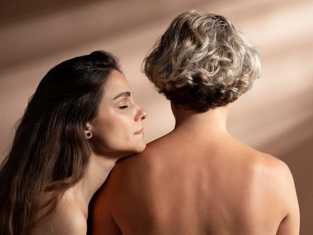 관능적으로 포즈를 취하는 두 벗은 여자의 초상화