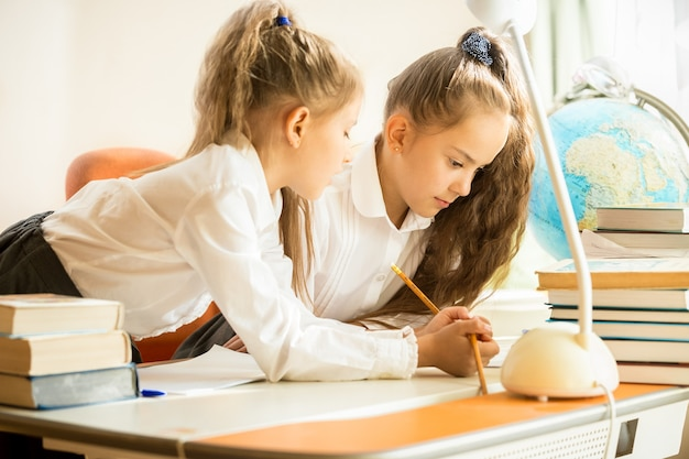 숙제를 하 고 제복을 입은 두 자매의 초상화