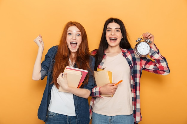 2つの驚いた若い学校の女性の肖像画