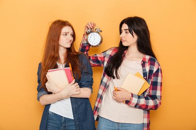 2人の動揺の若い学校の女性の肖像画