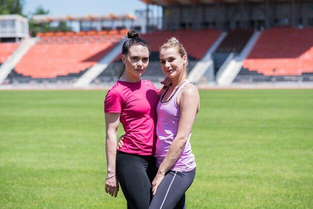 芝生の上のスタジアムで2人の女性の肖像画