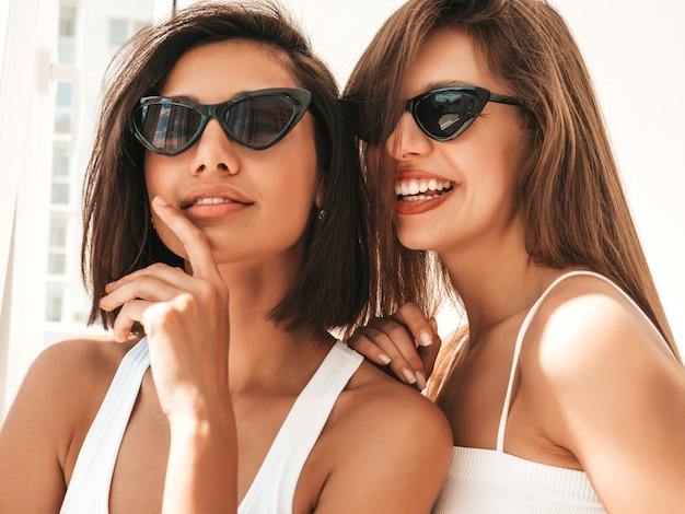 흰색 란제리에 두 젊은 아름 다운 웃는 여자의 초상화