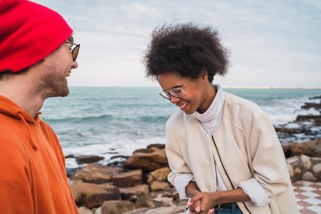 一緒に楽しい時間を過ごし、宇宙の海を楽しんでいる2人の若い友人の肖像画。