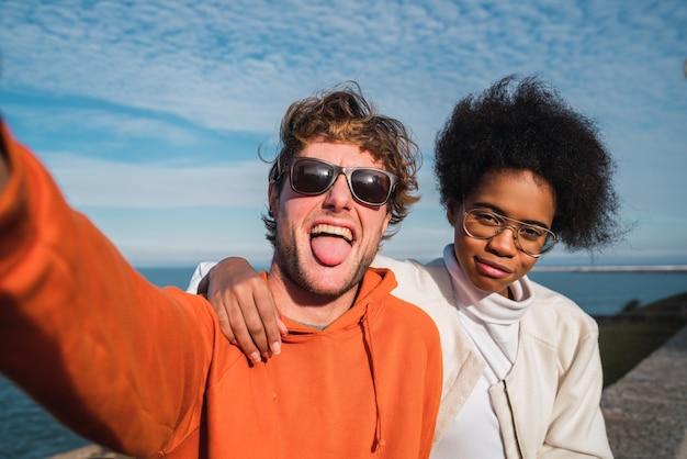 함께 좋은 시간을 보내고 야외에서 셀카를 복용 두 젊은 친구의 초상화.
