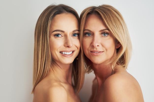 2人の若いガールフレンドの肖像画。高品質の写真