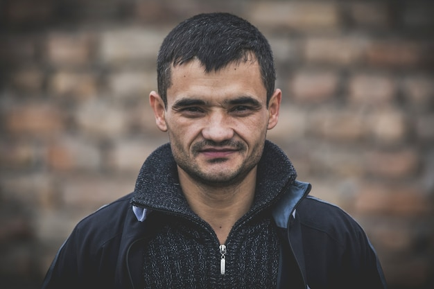 失業者のホームレスの男性の肖像画