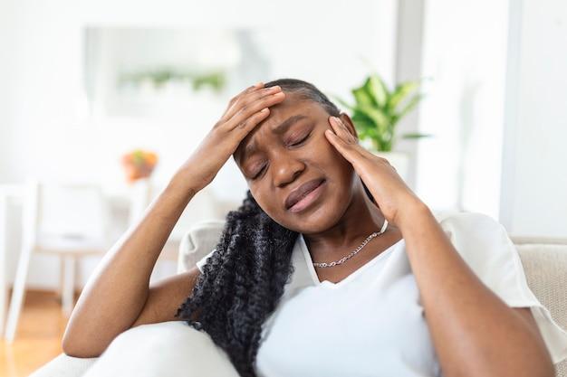 집에서 치통으로 고통받는 불행한 아프리카계 미국인 여성의 초상화. 의료, 치과 건강 및 문제 개념입니다. 스톡 사진
