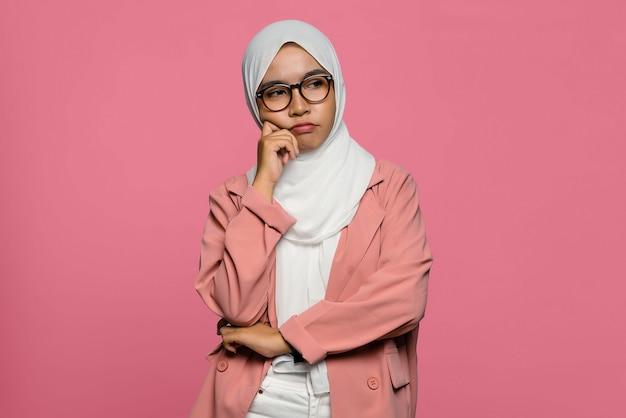 Hijab를 입고 불행 한 아름 다운 아시아 여자의 초상화