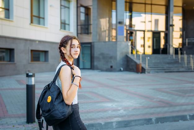 Портрет студента университета с рюкзаком при поступлении в колледж с улицы