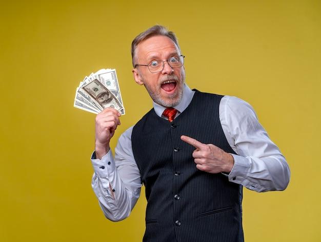 たくさんのお金で非常に興奮した男の肖像画。