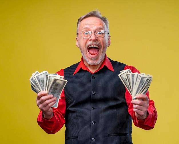 お金の束を持つ非常に興奮した男の肖像画。
