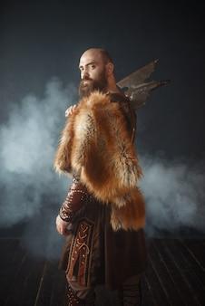 Портрет викинга с топором, боевой дух