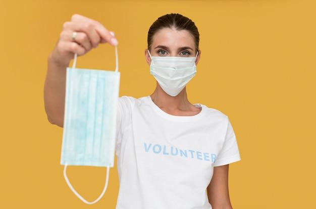 Портрет добровольца в маске для лица