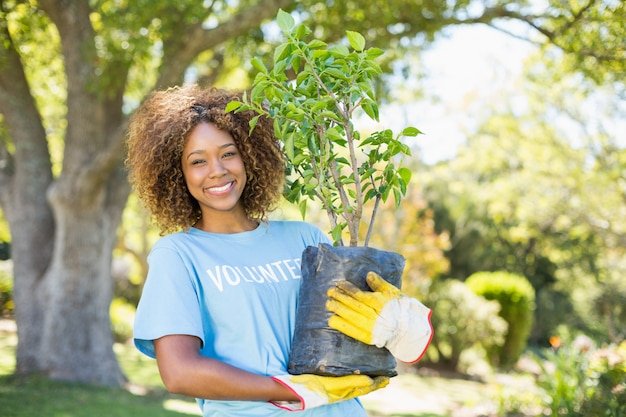 식물을 들고 자원 봉사 여자의 초상화