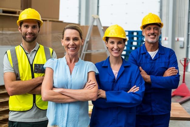 倉庫マネージャーと腕を組んで立っている労働者の肖像画