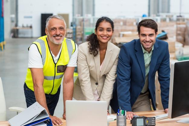 Портрет менеджеров склада и работника, работающих вместе