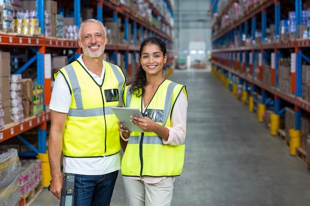 Портрет работников склада, стоя с цифровой планшет