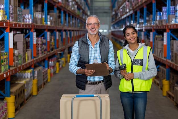 Портрет работников склада, работающих вместе