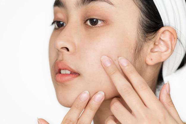 Портрет белокурая женщина делает ее ежедневный курс по уходу за кожей