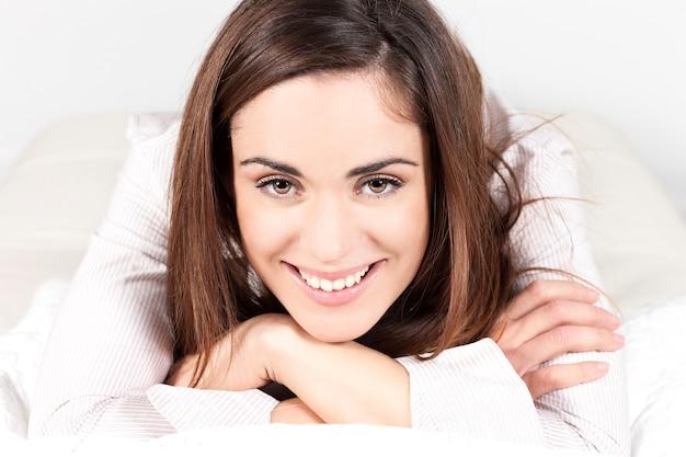 ソファの上で一人の女性の肖像画