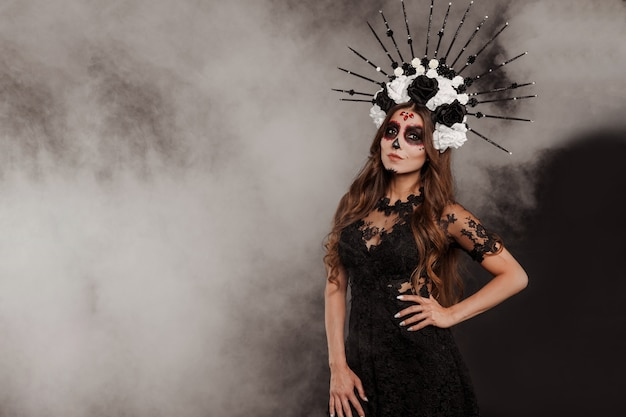 Портрет женщины в dia de los muertos сахарный череп макияж изолят фон с дымом