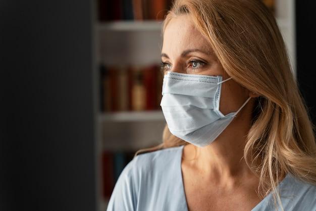 オフィスでフェイスマスクを持つ女性カウンセラーの肖像画