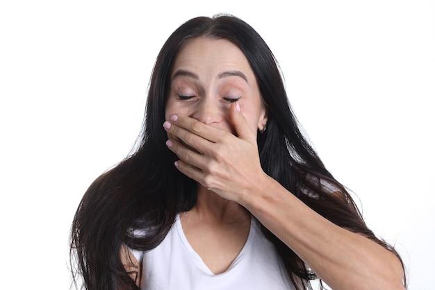 흰색 바탕에 입 위에 손을 덮고 여자의 초상화. 여성 침묵 개념의 심리학