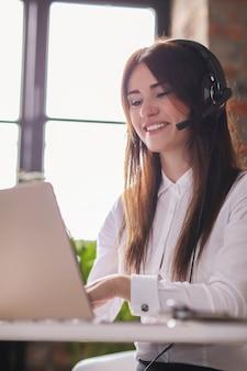 Портрет работника службы поддержки клиентов женщины