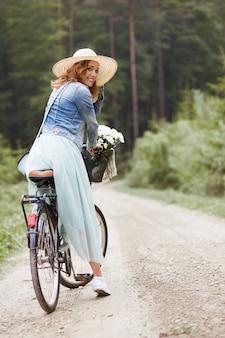 サイクリング中の女性の肖像画