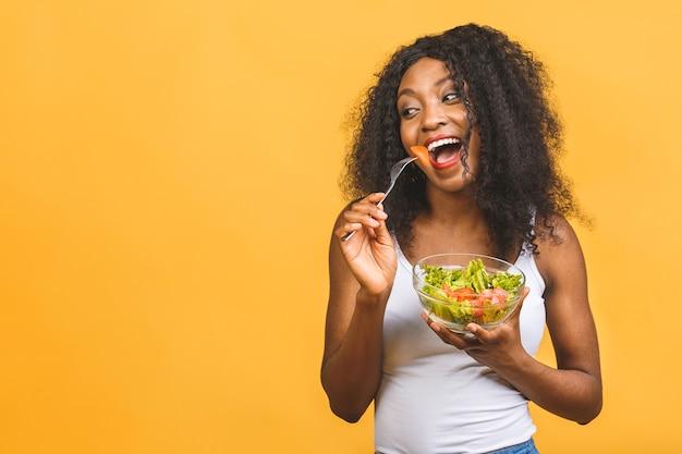 サラダを食べる女性の肖像画