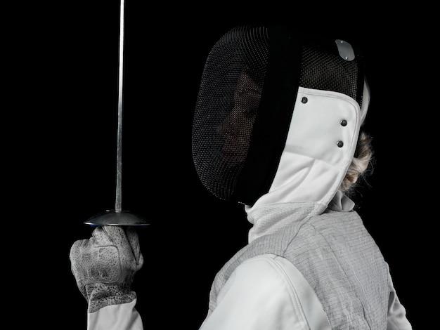 레이피어를 들고 여자 검객의 초상화입니다. 올림픽 스포츠, 무술, 공격 및 전문 교육 개념