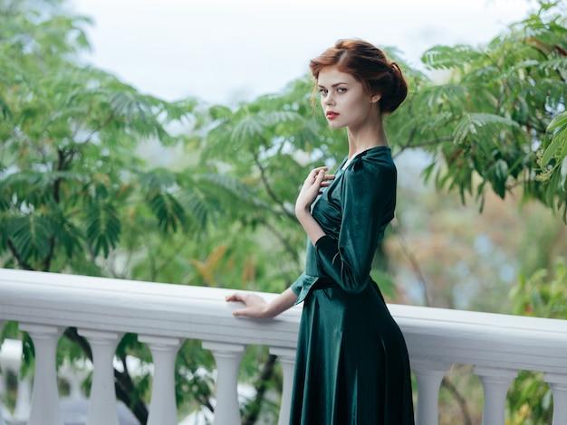 자연 로맨스 매력 야외에 여자 녹색 드레스의 초상화.