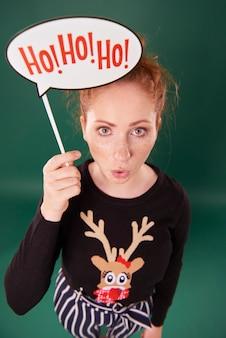 クリスマスバナーを保持している女性の肖像画
