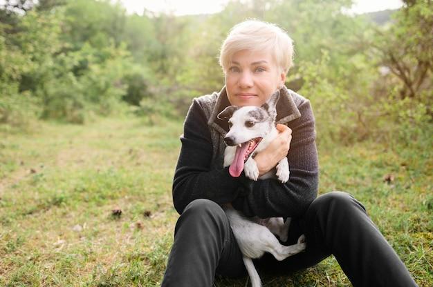 かわいい犬を保持している女性の肖像画