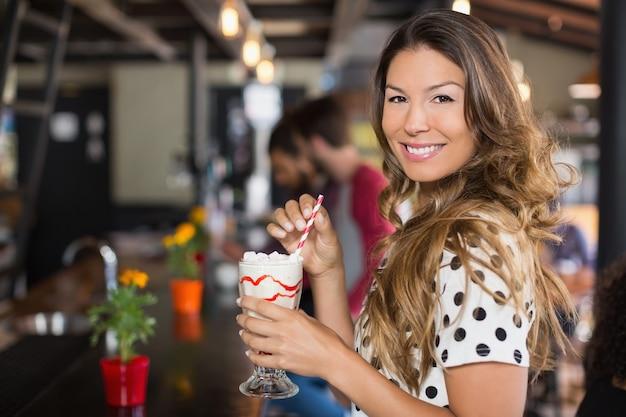 飲み物を保持している女性の肖像画