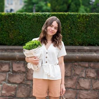 Портрет женщины, держащей сумку с продуктами
