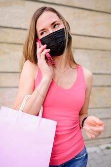 ショッピングバッグを保持している女性の肖像画