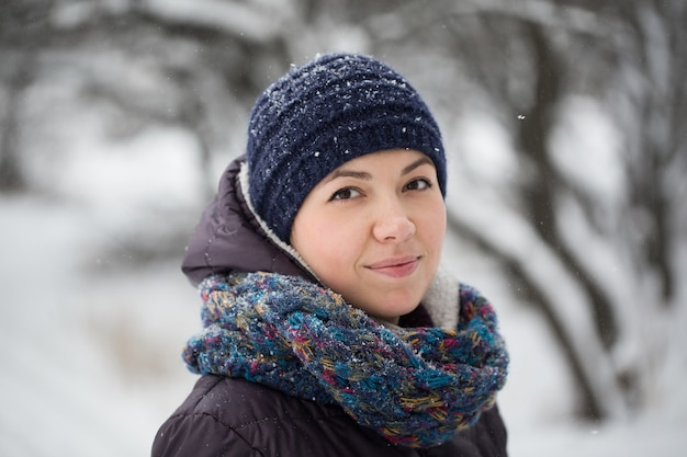 美しい冬の森の女性の肖像画