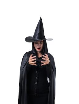 Портрет женщины в черном страшные ведьмы хэллоуин костюм с шляпой изоляции