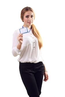 Портрет женщины в деловой одежде с пустым значком
