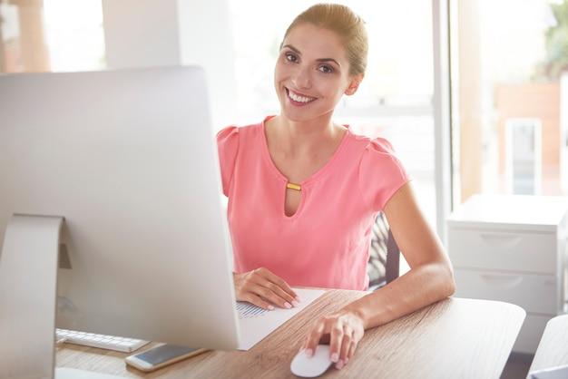 그녀의 컴퓨터 앞에서 여자의 초상화