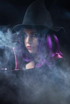밝은 화장과 보라색 머리를 한 할로윈 의상을 입은 여성의 초상화
