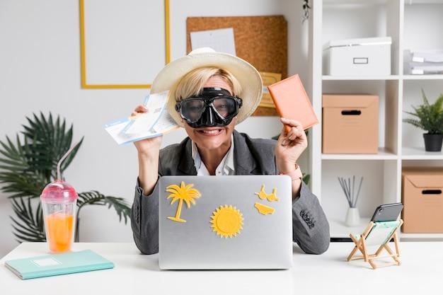 Портрет женщины в офисе, подготовленные к летнему отдыху