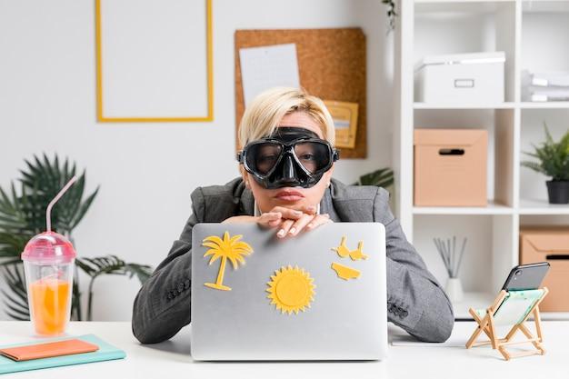 여름 휴가 준비 사무실에서 여자의 초상화